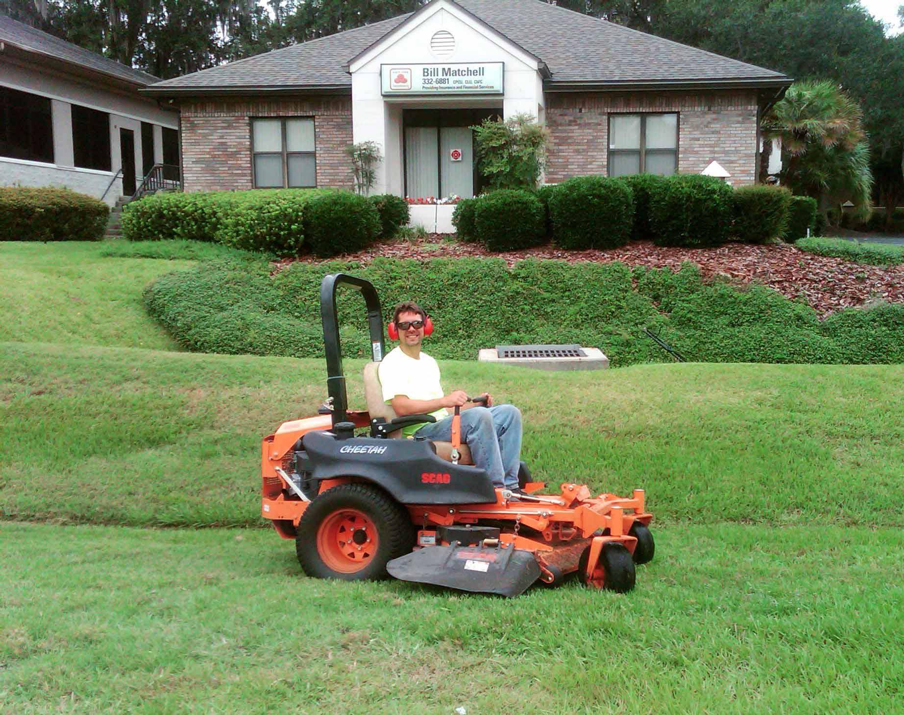 Lawn care gainesville fl mowing pruning mulching lawn for Lawn maintenance service
